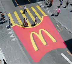 Passage piétons sous forme des frites Mcdonald's pour une campagne de street marketing