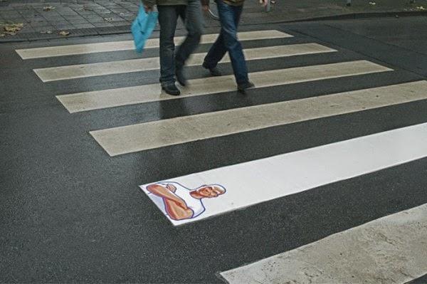 Campagne street marketing: Passage piéton avec un seul clou peint en blanc contenant l'image de Mr.Propre