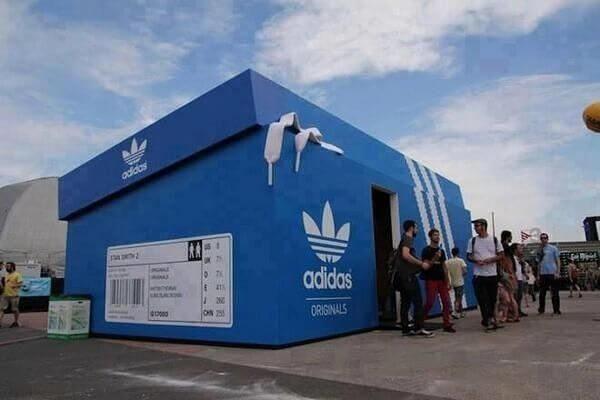 Campagne street marketing: Point de vente Adidad sous forme d'une boîte à chaussure Adidas