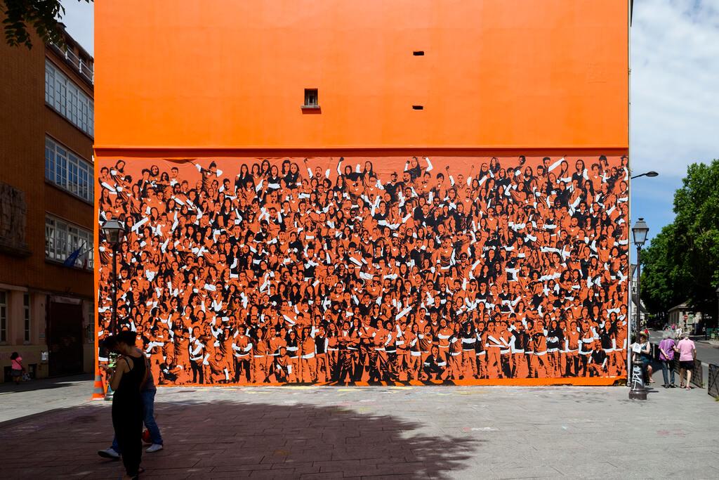 Campagne street marketing: Un affichage permettant aux passants de rejoindre les prisonnières de la série « Orange is the new black » dans l'affiche grâce à un filtre